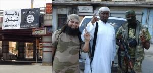 """مسلحون في الموصل - لافتة لـ""""داعش"""" على جسر في الموصل"""