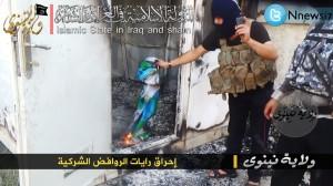 مسلحون يحرقون اعلام شيعية