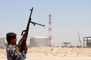 شرطي عراقي في احدى منشآت وزارة النفط