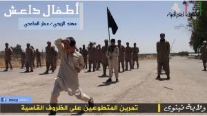 مجموعة من الاطفال يخضعون   لتدريبات عسكرية داخل معسكرات لداعش في مدينة الموصل
