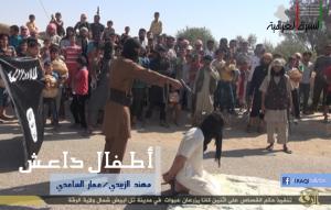 اطفال سوريون يحملون راية داعش اثناء عملية اعدام في ساحة عامة في الرقة